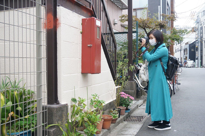 消化器のボックスにカメラを向けている村田さん。何を撮っているのかというと……。