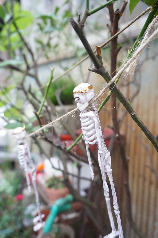 首を巻かれて吊るされた骸骨に、村田さんは「カワイイ!」と反応。頭に巻いている金の帯は、パンの袋に巻かれていたもの?