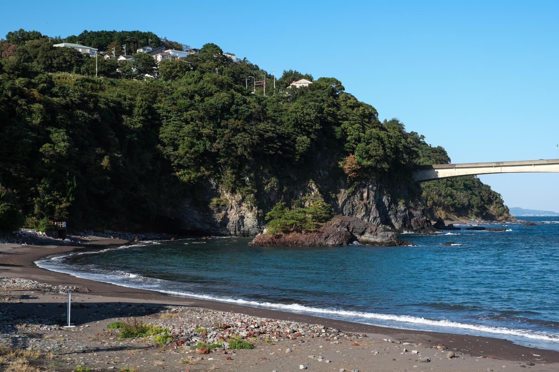 源頼朝船出の浜とされる岩海岸は夏になると海水浴客でにぎわう。