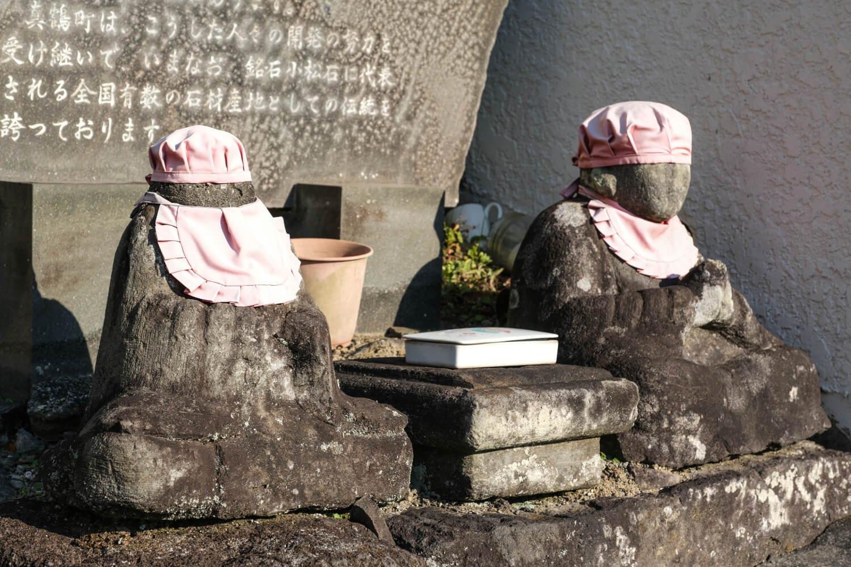 町役場前にある大下の道祖神。脇の石段の先に石工先祖の碑がある。