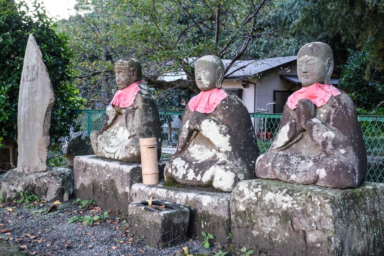 上の道祖神。近くには瀧門寺宝篋(ほうきょう)印塔や五層塔も。