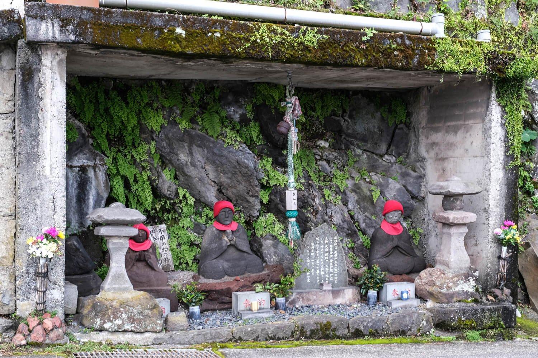岩海岸から謡坂へと向かう途中に祀られている立派な下の道祖神。