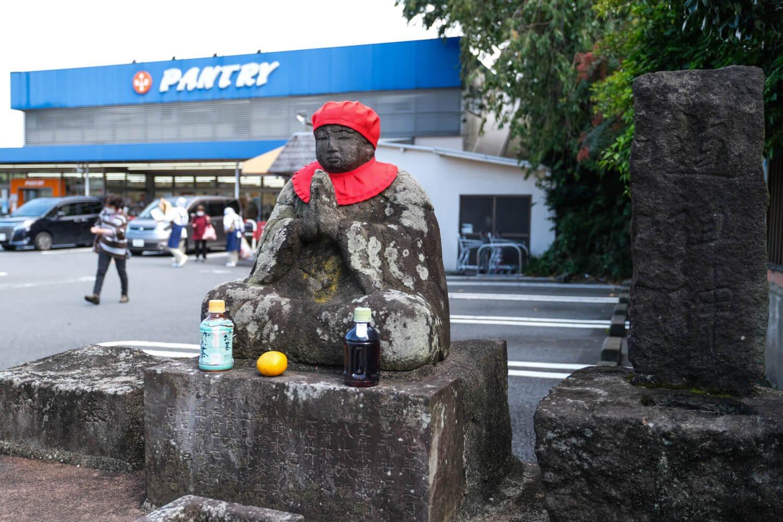 地元住民御用達のスーパー前にも道祖神がポツン(丸山の道祖神)。