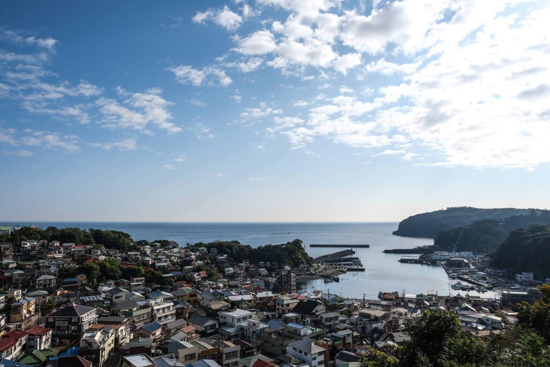 背戸道を抜けて坂の上に立つと、温暖な港町らしいゆったりとした風景が広がっていた。