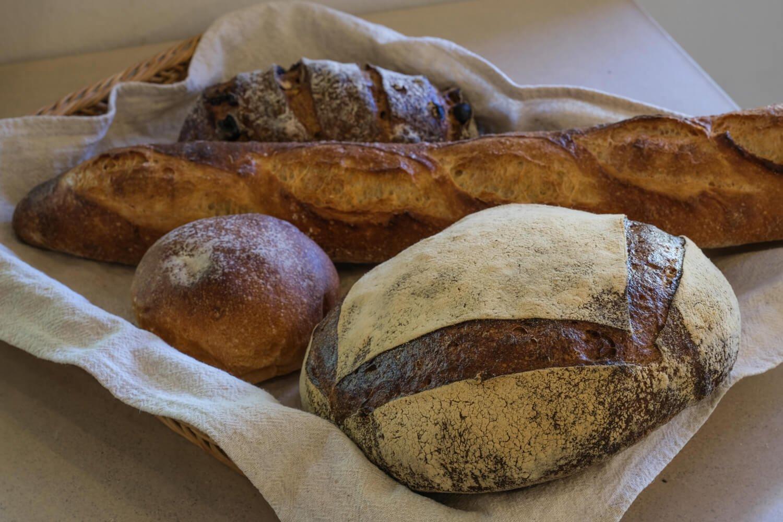 定番の人気商品。手前から田舎パン、あんこパン、バゲット、ノアレザン。