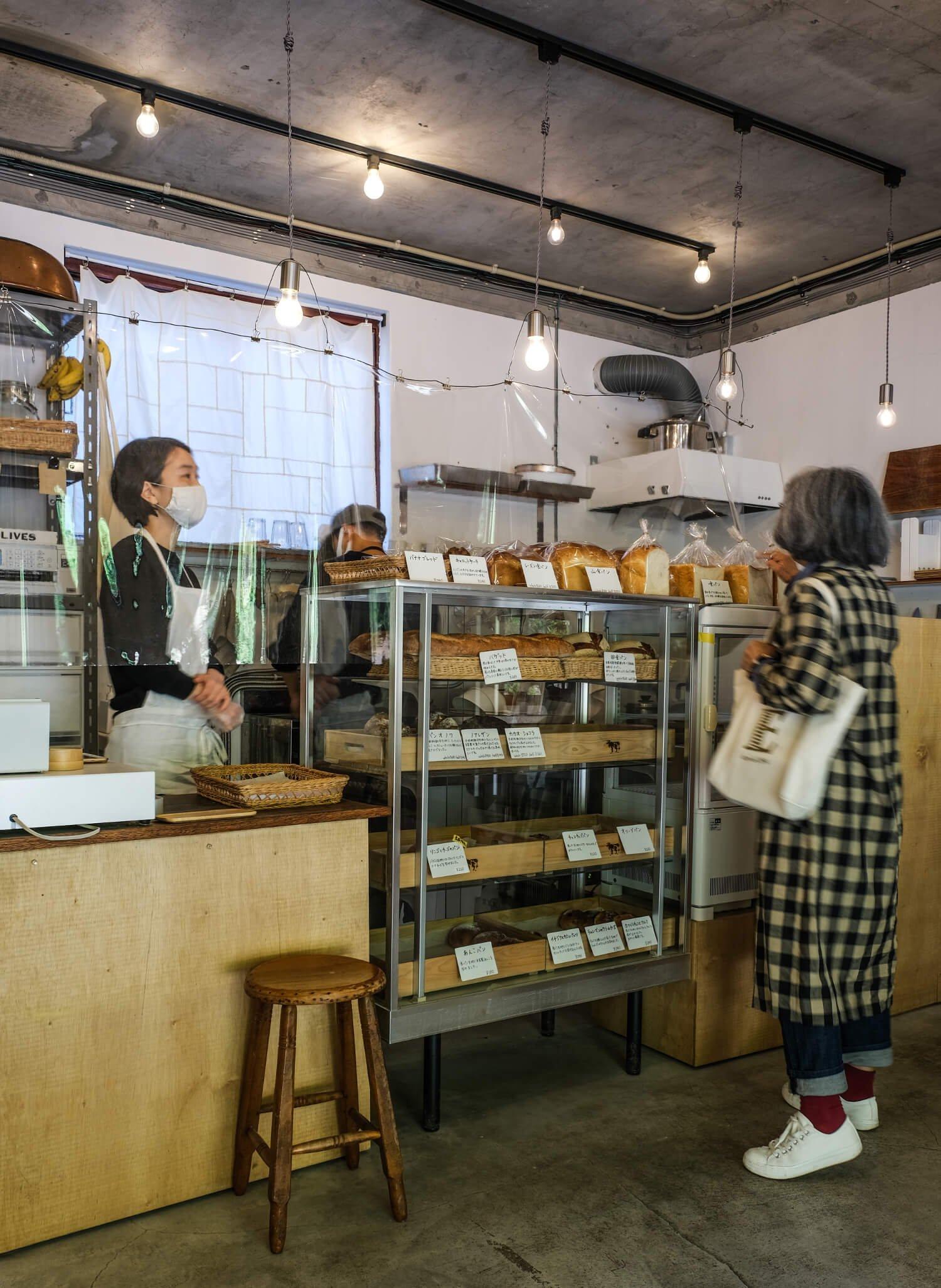 昼どきに合わせるように地元のなじみ客が次から次へと店を訪れる。