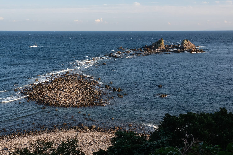 正面からは大岩が2つしか見えないが右手裏にもう1つ隠れている。