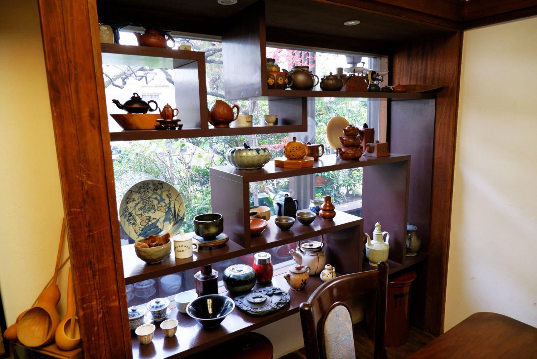 中国で買い集めたという茶器が飾られた一角。
