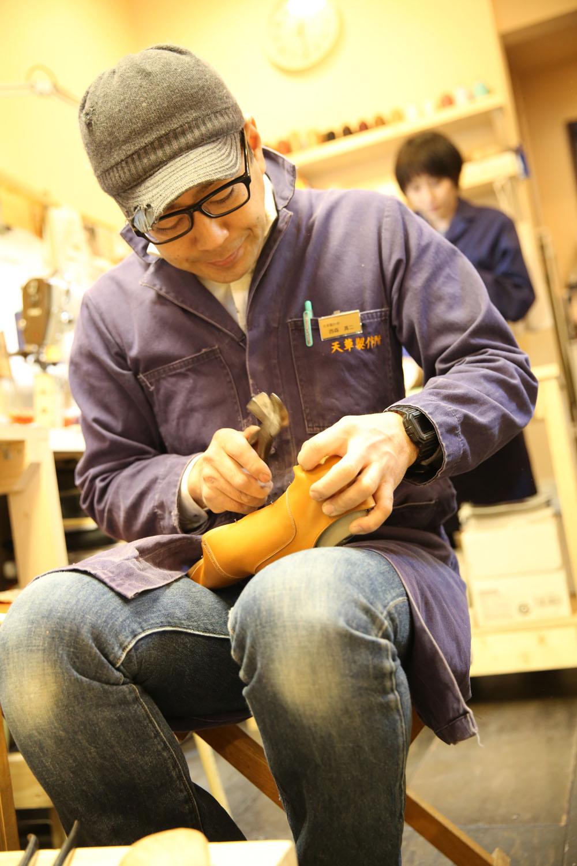 木型に革を沿わせ、釘で固定していく吊りこみと呼ばれる作業。靴の製作には100を超える工程があるが、その中でも特に重要な作業だ。