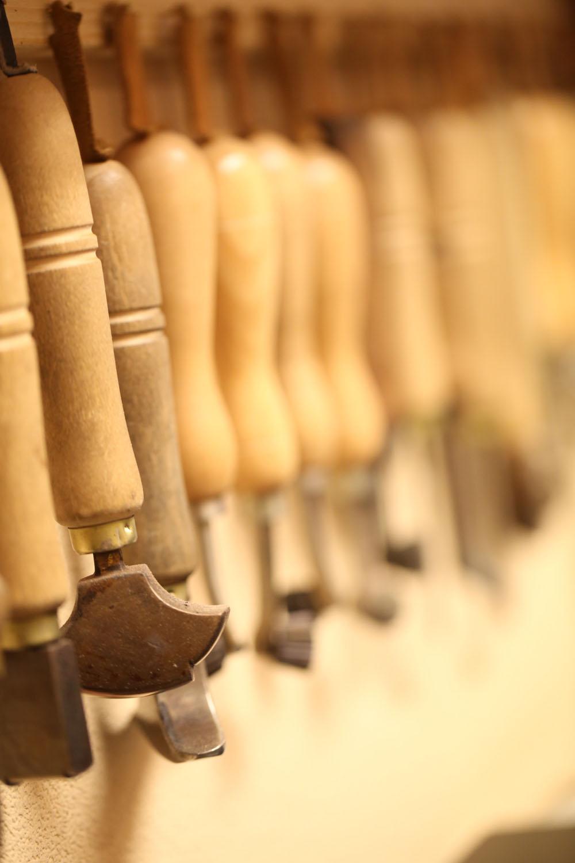 靴づくりのほか、靴や鞄の修理にも定評あり。その工程で欠かせない工具がずらり。