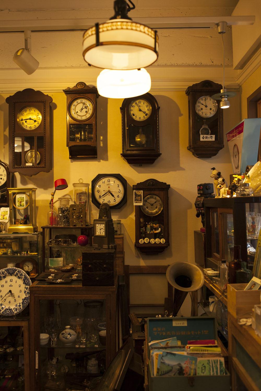 店内の時計は値札なしでも基本的に商品。きっちり機械の調整が施される。