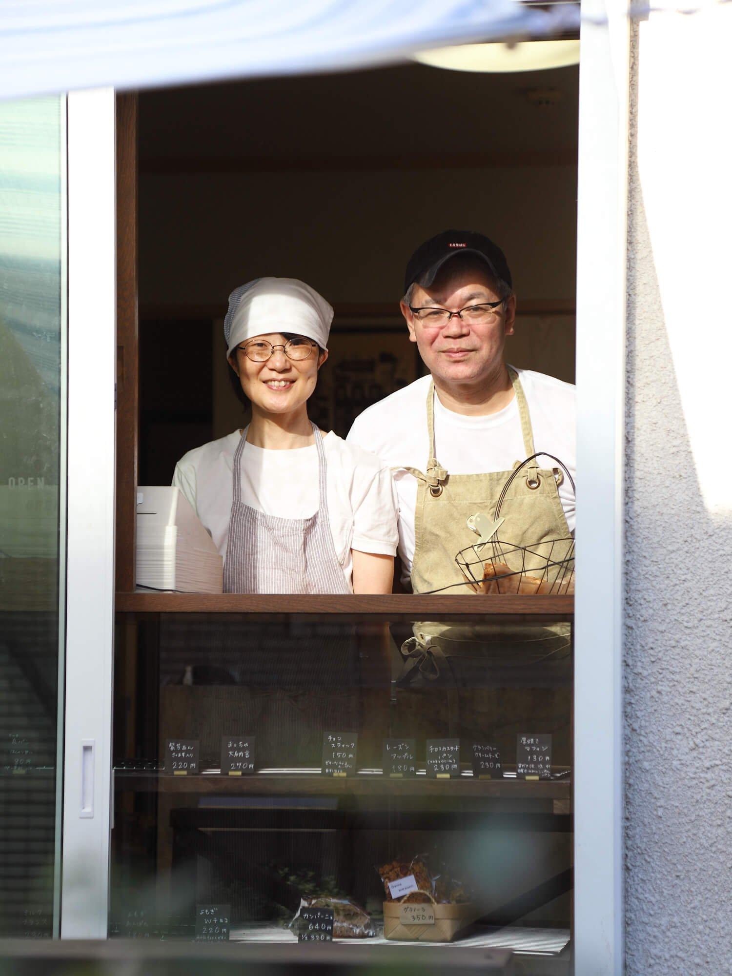 パンはすべて春子さん(左)の手作り。週末はご主人が接客を手伝うことも。