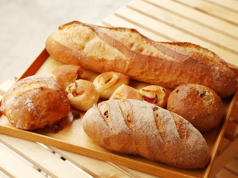 上から時計回りに、バゲット・バタール270円、くるみとマロンのフランスパン220円、くるみとイチジクのカンパーニュ330円、ブラックペッパーとチーズのリュスティック220円、ベーコンエピ200円。ベーコンエピは辛さ控えめで子供にも大人にも好評。パンは16時ごろまで焼き続けるので、夕方でも何か焼きたてが手に入る可能性大。