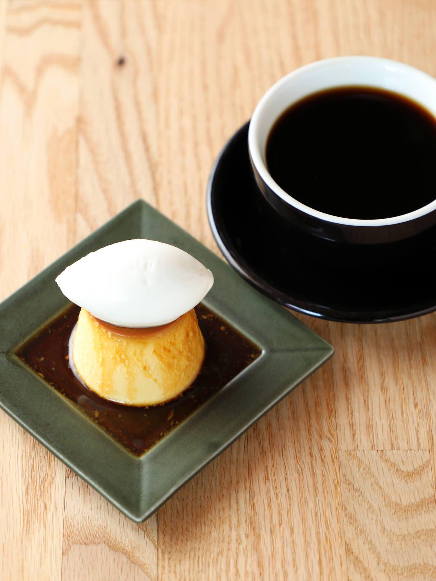 自家製プリン ホイップクリーム乗せ490円。ドリップコーヒー490円。