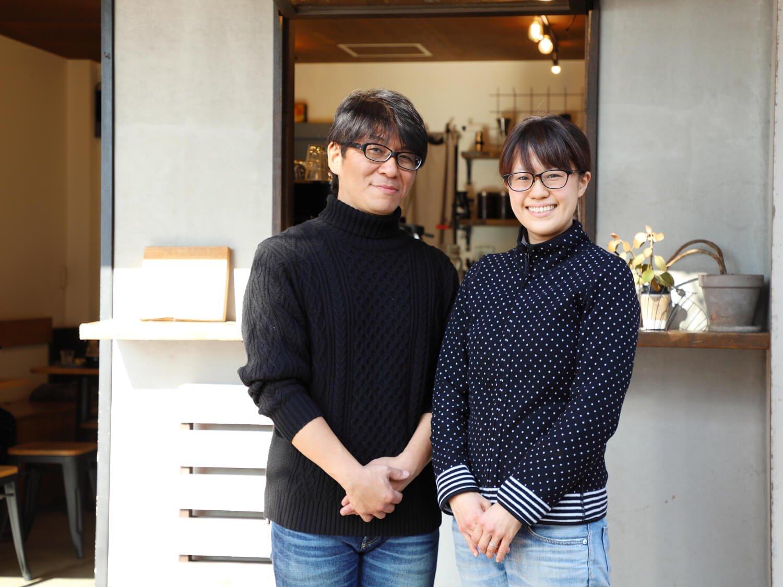 田中さん夫妻が笑顔でお迎え。