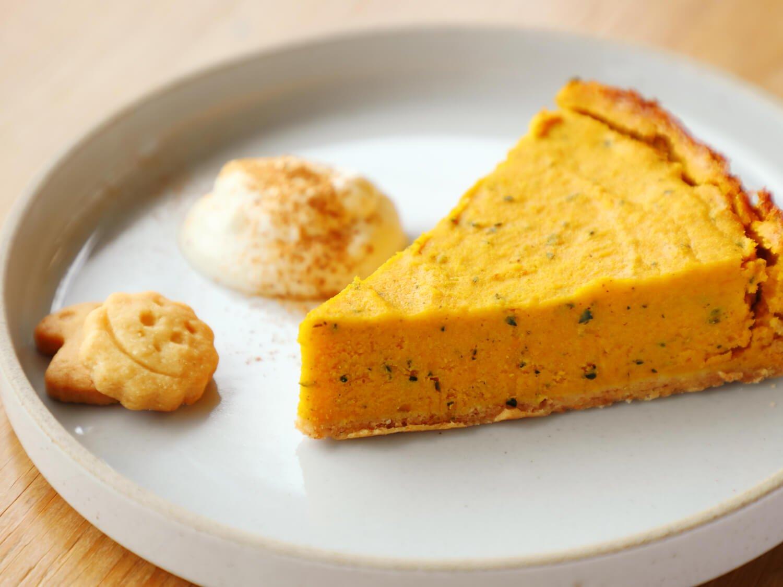 季節のケーキかぼちゃのタルト450円。