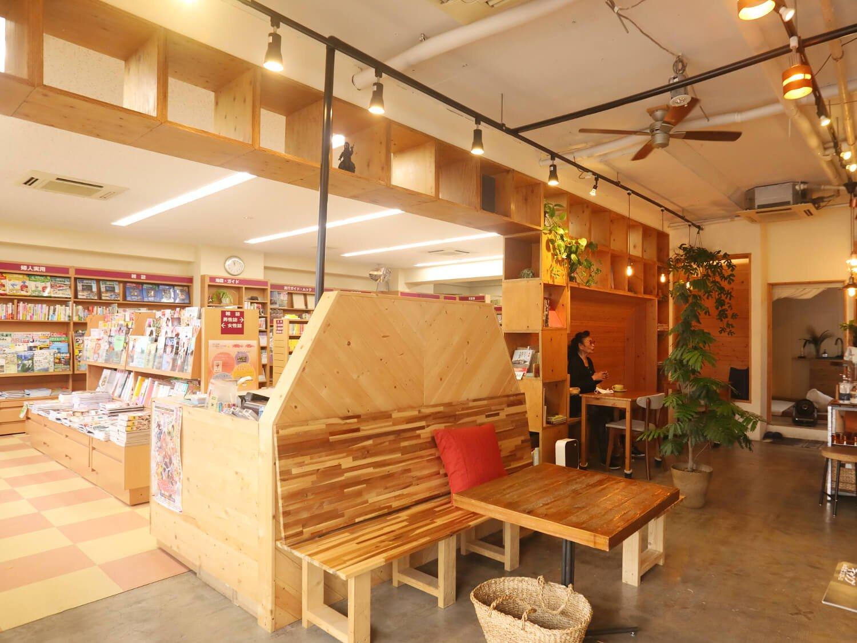 カフェは父と叔父が営む書店に併設。
