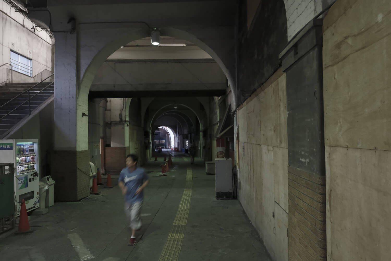 3階部分まである広いコンクリートアーチ空間。人の流れはそこそこある。