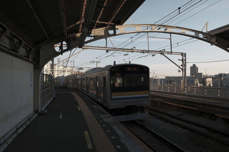 国道駅を発車する205系3両編成。山手線を走っていた車両だ。