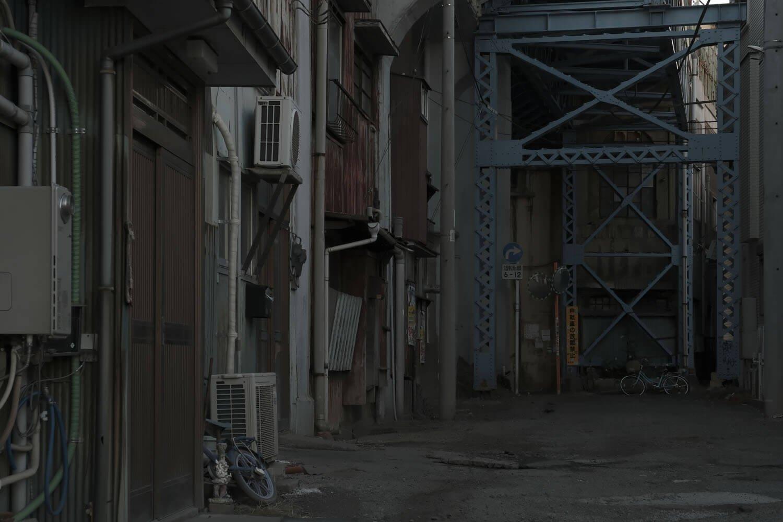 国道駅の鶴見川方面は高架下住居となっている。鉄骨はホームの支柱。