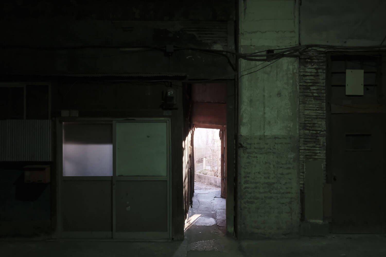 高架下の一部は裏道へ通ずる細い抜け道となっている。