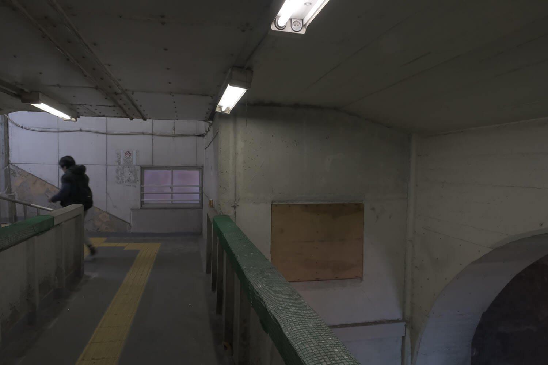焼き鳥屋の上の部分は、窓が板で塞がれている。壁も板でできているようだ。