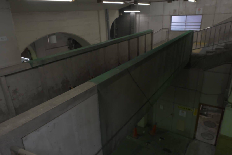 渡り廊下を渡って上りホーム側からみる。