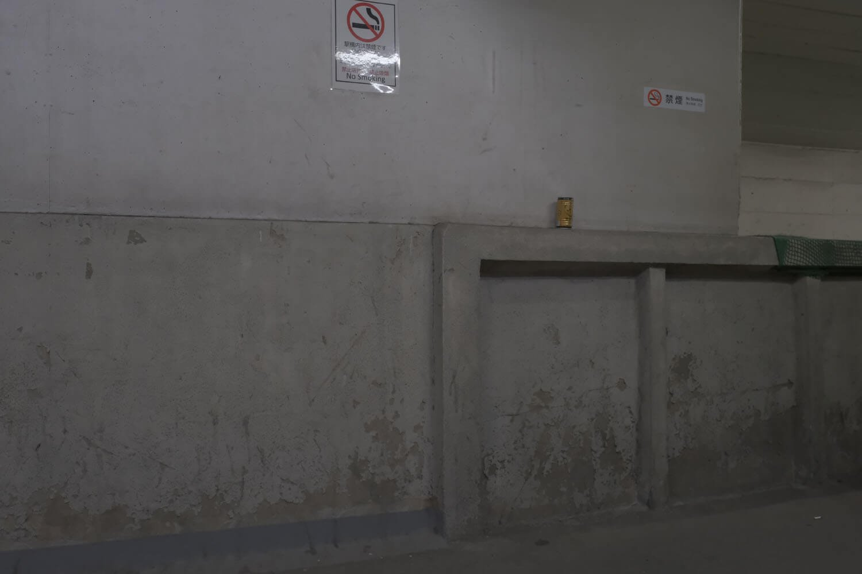 渡り廊下と壁の接合部。