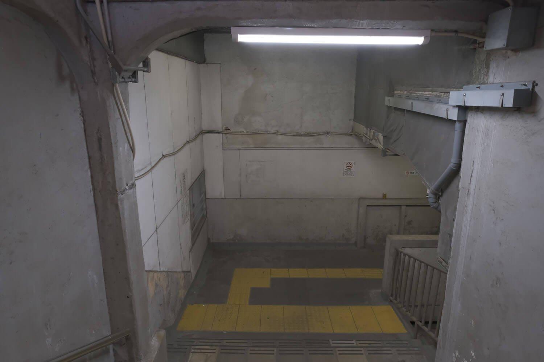 上りホームの階段途中から踊り場をみる。やはり階段が続いていた雰囲気がする。