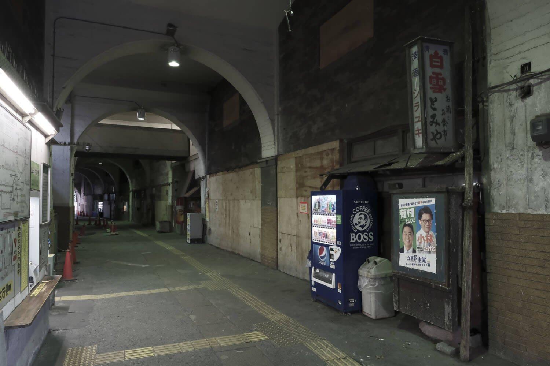 これが竣工写真と同じ位置から撮ったカット。右の商店跡部分に出札口があった。