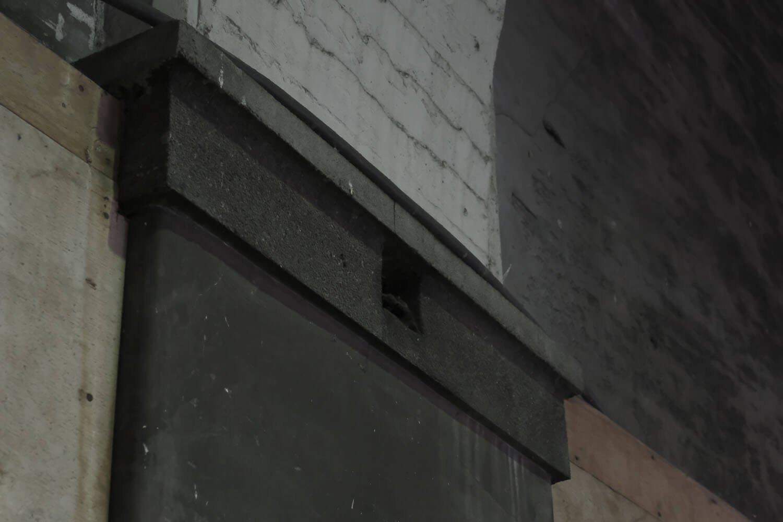 柱に残る電灯の跡。正方形でくり抜かれた部分に電灯がぶら下がっていた。