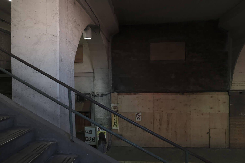 現在の階段から上り側をみる。ベニヤ板で塞がれている先に階段があったと思う