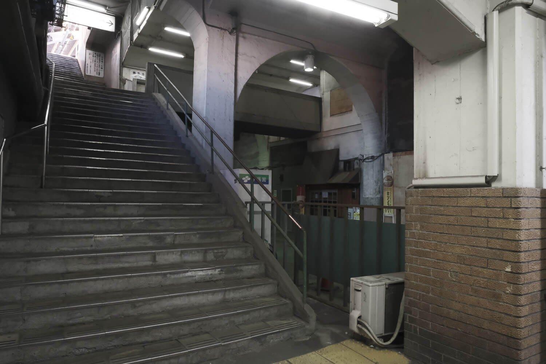 現在の改札口からみた階段。竣工写真にはあの渡り廊下が無かった。
