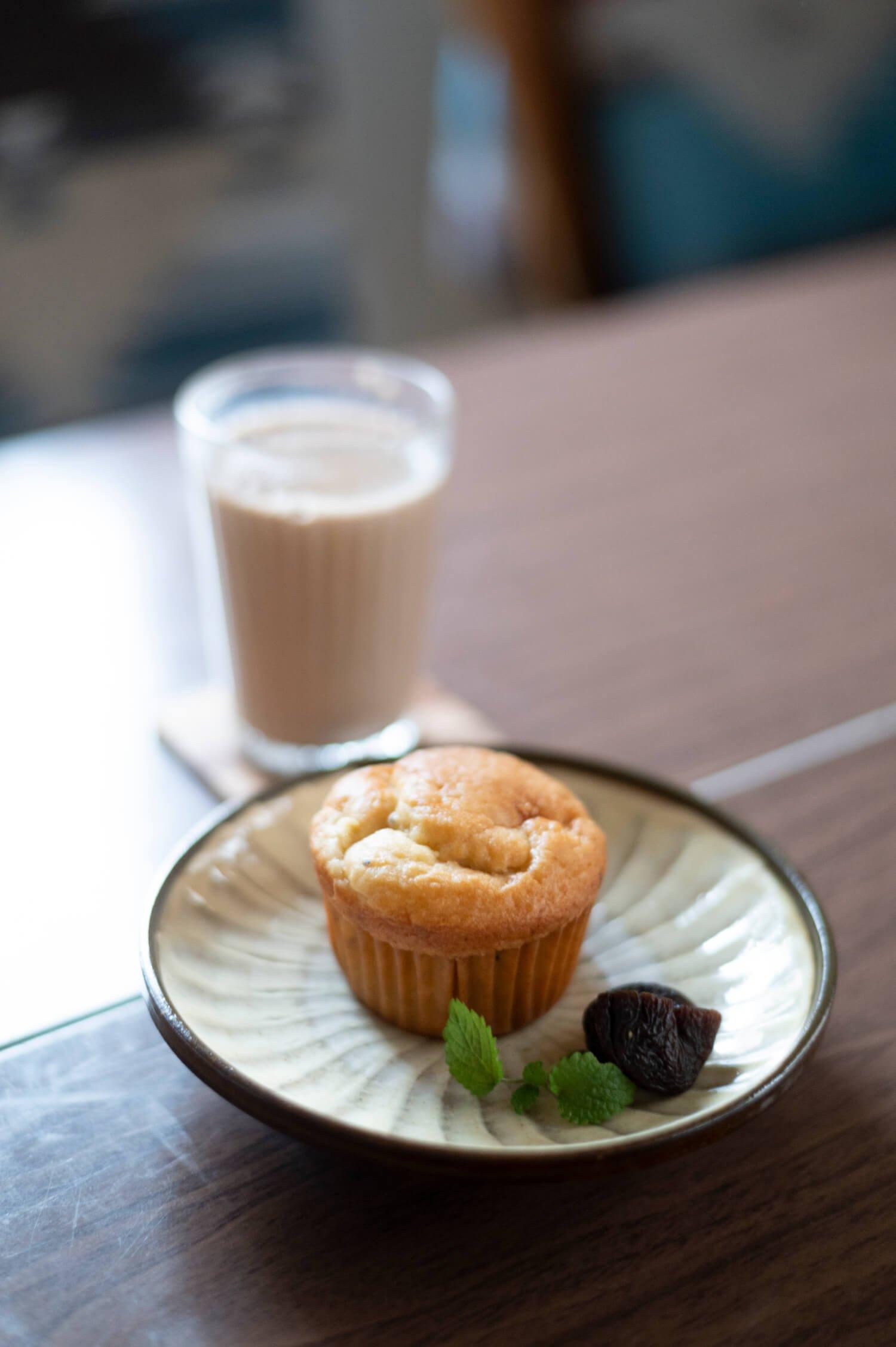 ランチドリンクの豆乳チャイ320円は「ごりごりスパイスを挽いてます」。キウイとリンゴのマフィン350円。