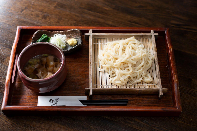 肉汁うどん800円。他に、小金井で昔から食べられるずりうどん650円、手製のきんぴらごぼう300円などもおすすめ。