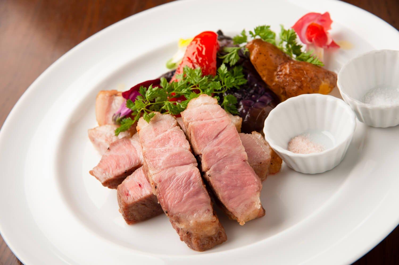朝霧高原直送LYB豚のロティ1890円。日替わりの2種の塩で味わう。