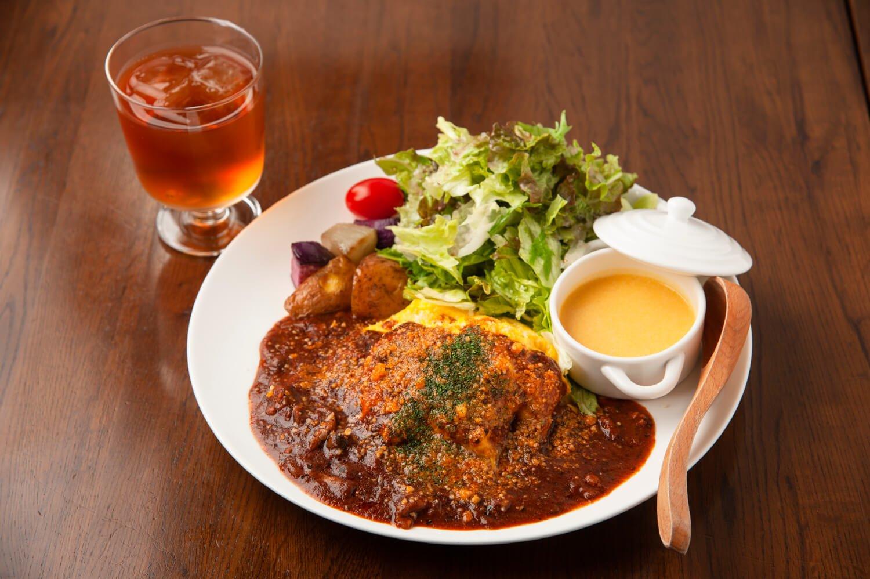 ランチでもLYB豚を使う。人気のオムライスプレート1100円は、ひき肉たっぷりな特製デミソ ースのコクある味わいが至福を呼ぶ。
