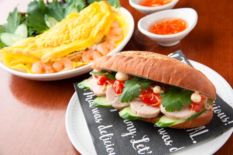 手前はバインミー680円。バインセオ980円はターメリック入りの米粉をパリパリに焼いたベトナムのクレープ風料理だ。