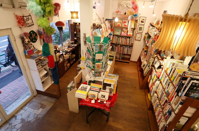 1階部分。絵本や雑貨が所狭しと並ぶ。