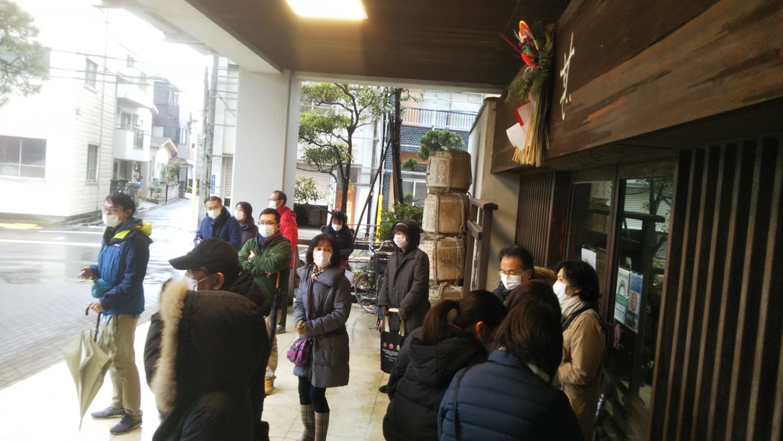 『川甚』閉店が迫った1月某日、多くの名残りを惜しむ客が訪れ。開店1時間30分前にも関わらす、この人だかり。