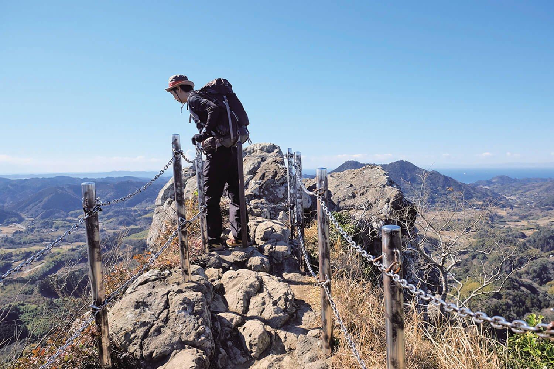 伊予ケ岳の南峰の山頂はクサリで囲まれた岩場。クサリがなければ頂上には怖くて行けない。視界は360度。