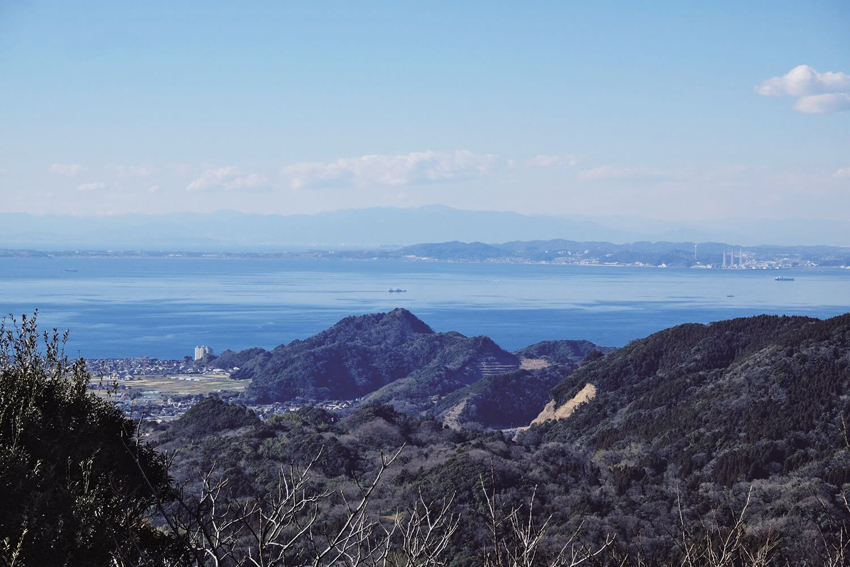 富山北峰にある展望台からの眺望。岩井の街並みや遠く三浦半島、丹沢の峰々が見える。富士山も見えるはず(天候による)。