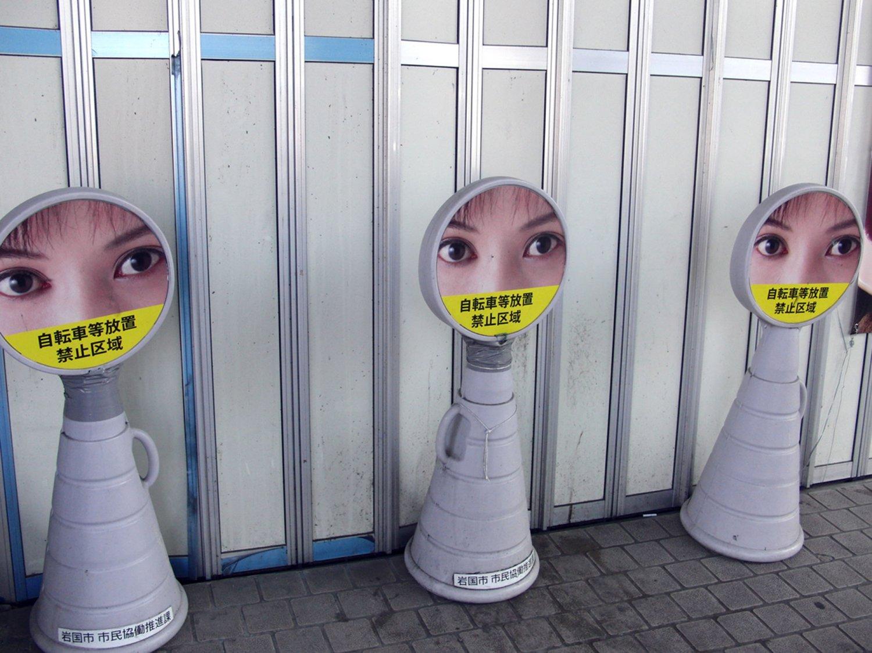 山口県の岩国駅前の実写看板。確かにぎょっとする(岩国・2019年)