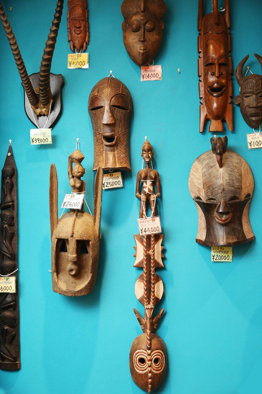 本物のガゼルの角や木彫りの仮面のその迫力たるや!