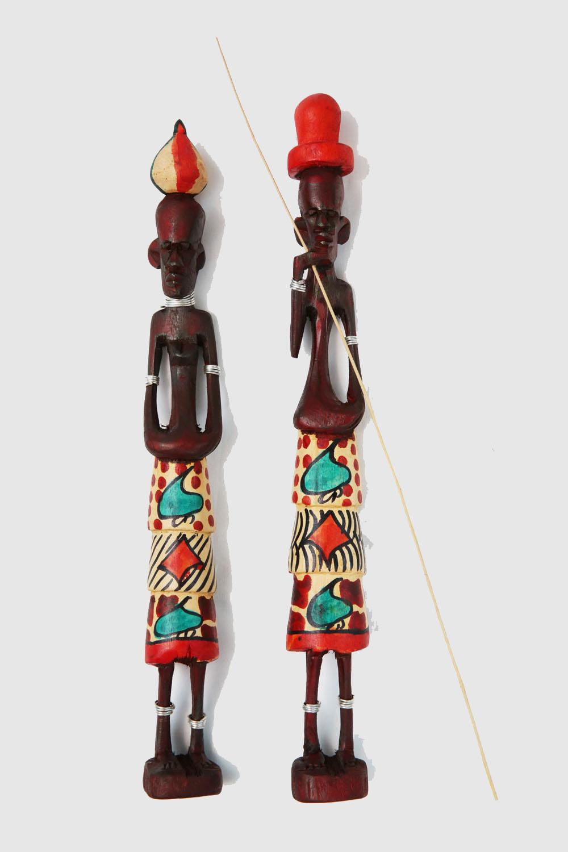 マサイペア2970円。ケニアの10代の子どもが作った木彫りの人形。