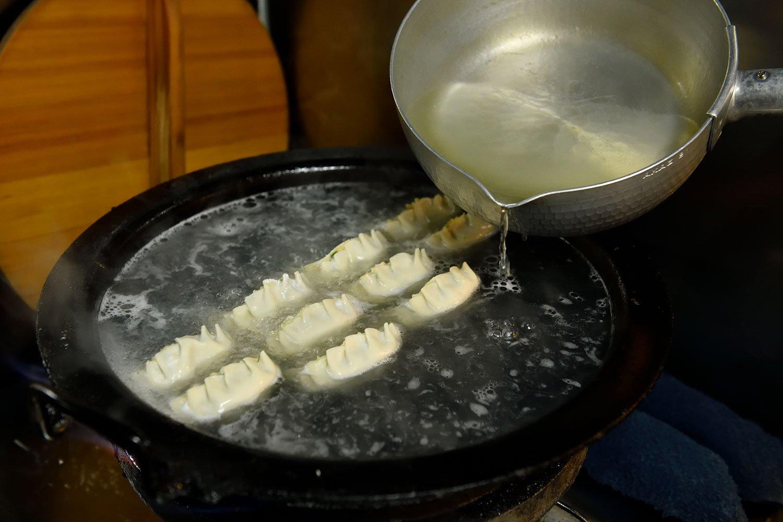 餃子はスープで茹でるのが來々軒流。