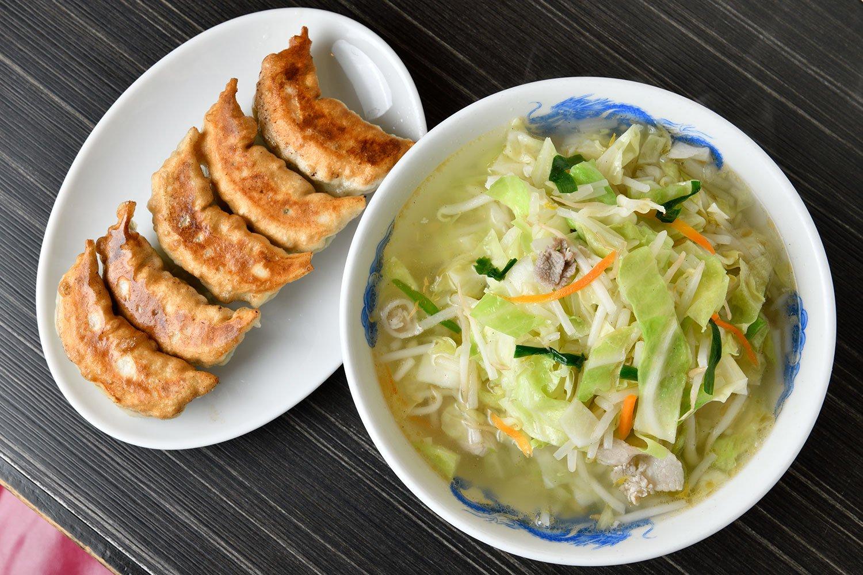 タンメン餃子1290円。塩気のあるスープが、食べ応えのある太麺、どっさりの野菜、そして餃子にマッチ。