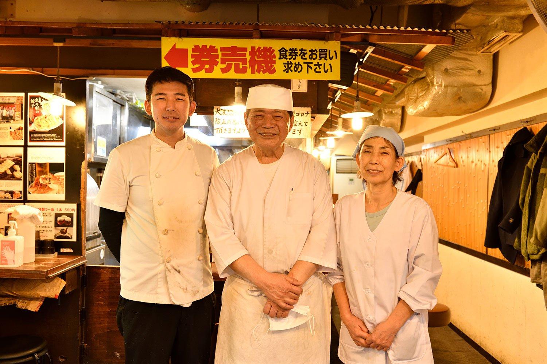 店主の好衛さんを中央に、妻の弘子さんと息子の悟さん。