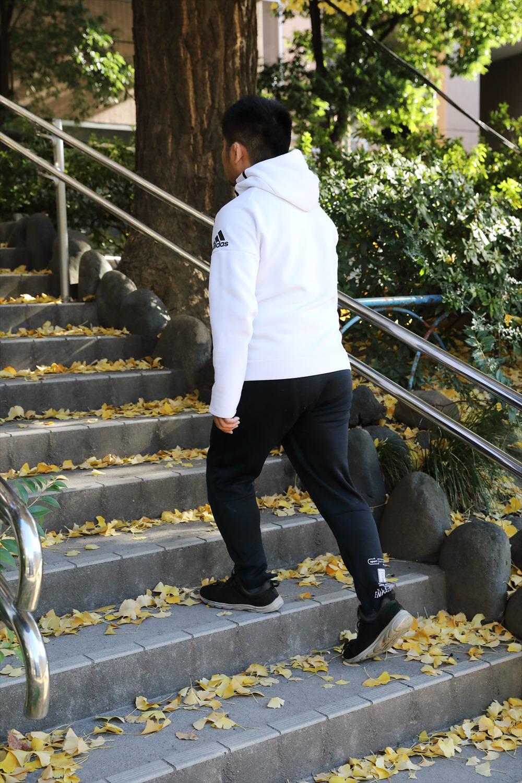 いつもより負荷をかけ心拍数をアップさせたい時は、あえて階段や坂道を選んで進もう。