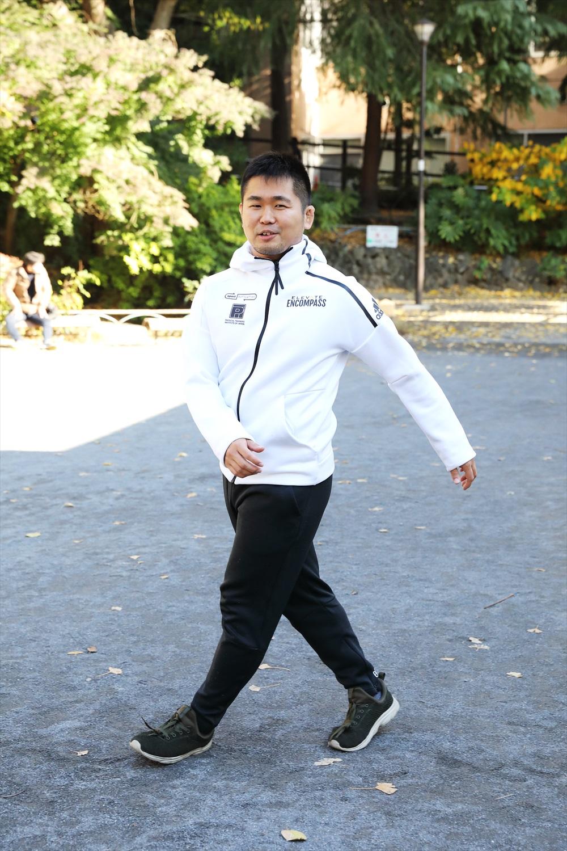 ヨコ歩き。体を横に向けて、前進するときのように手足を動かす。